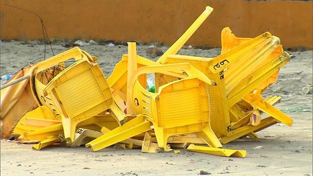 Chuva e ventos fortes causaram danos em quiosques em Ubatuba (Foto: Peterson Grecco/ Vanguarda)