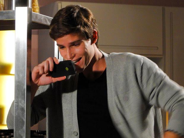 Conrado baba ao ver a ex no clipe. Agora é tarde... (Foto: Cheias de Charme / TV Globo)