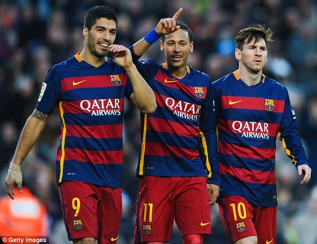 Neymar, colada por Luis Suarez (esquerda) e Lionel Messi, vai ficar com o Barcelona por mais cinco anos