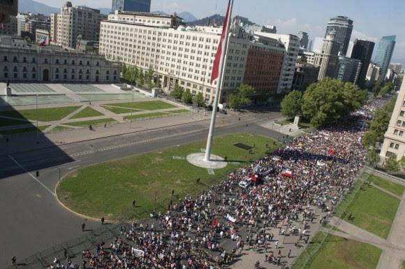 Cerca de 5.000 pessoas se reuniram na capital do Chile, como estimado pelas forças de segurança do país.  Foto: AFP