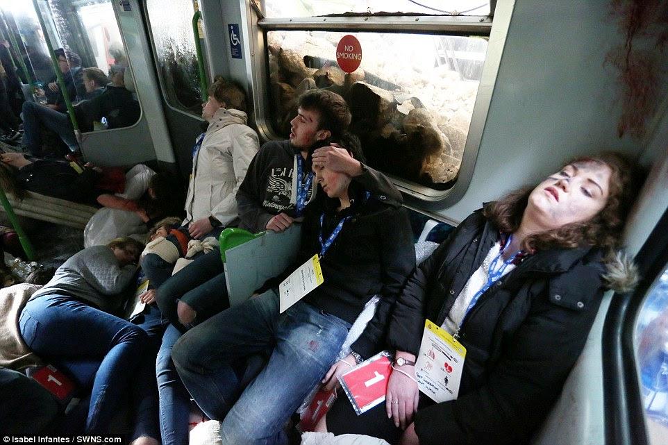 Απώλειες στη μεταφορά: Ηθοποιοί με το στάδιο συνθέτουν ψέμα κατρακύλησε στη μεταφορά Tube καθώς περιμένουν για τους εργαζομένους διάσωσης