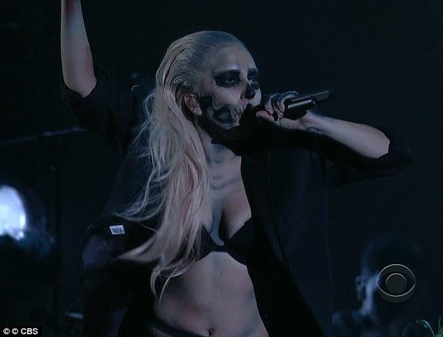 Piscando a carne: Lady Gaga foi o show de abertura hoje à noite no Grammy Nominations Concert no Teatro Nokia, em Los Angeles