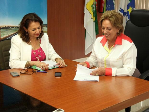 Governadora sorri ao assinar reajuste para professores da rede estadual de ensino do RN (Foto: Ivanízio Ramos)