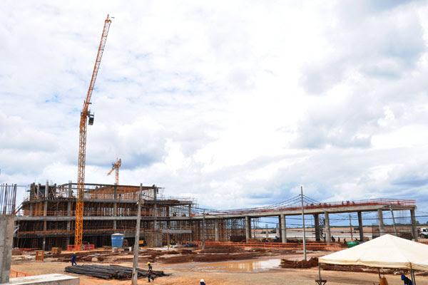 Obra do terminal de passageiros do Aeroporto de São Gonçalo: mais de mil homens trabalham na construção. O terminal de cargas ficará pronto simultaneamente