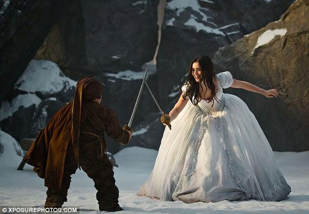 Levando a luta: Branca de Neve é ensinado um toque de esgrima por um dos sete anões do filme
