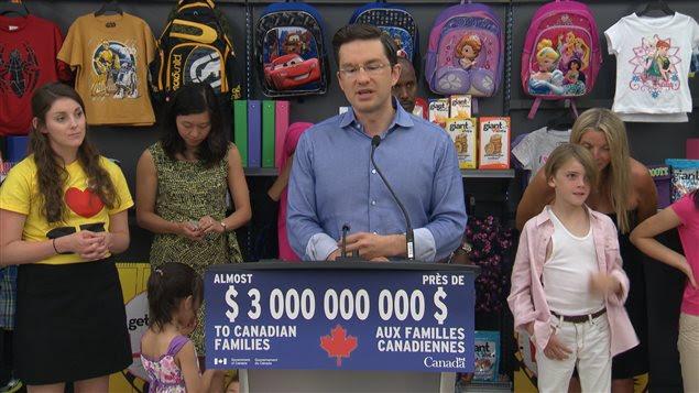 Le ministre de l'Emploi annonce l'injection prochaine de 3 milliards de dollars dams l'économie canadienne par l'entremise de la Prestation universelle pour la garde d'enfants bonifiée.