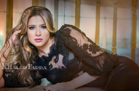 صور : الفنانة ياسمين عبدالعزيز بإطلالة مثيرة بفستان دانتيل شفاف