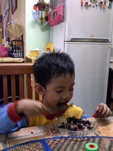 Adib makan kek coklat