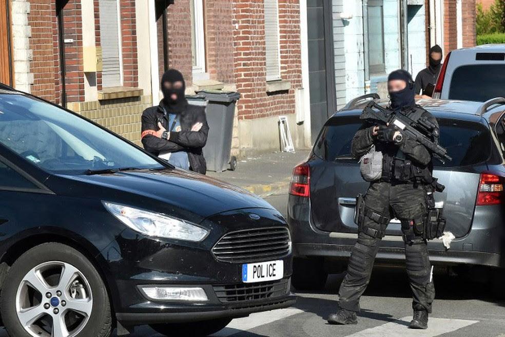 Policiais da unidade anti-terrorismo e da agência francesa de inteligência fazem patrulha em Wattignies, no norte da França, nesta quarta-feira (5)  (Foto: Denis Charlet / AFP)