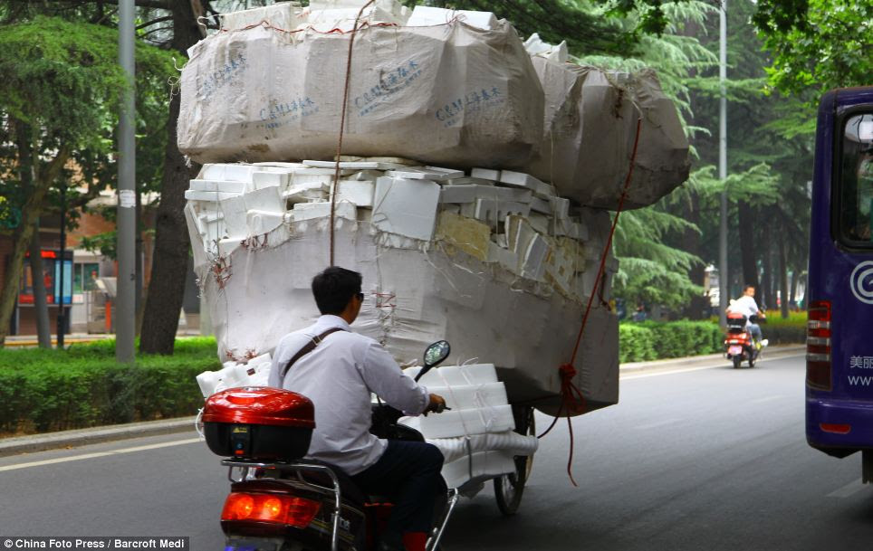 Bundled up polystyrene boxes in Xi'an make it difficult for other motorists to get around without causing an accident