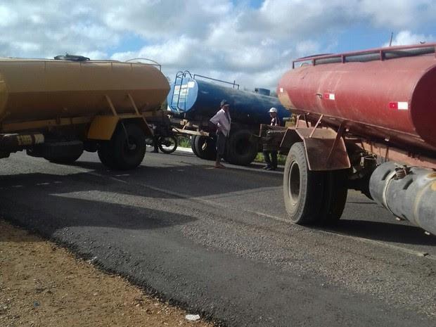 Pipeiros bloquearam a BR-116 (Foto:  José Elenildo Lima da Silva/Arquivo pessoal)