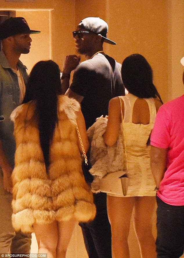 Voltar para a minha?  Usain Bolt foi visto voltando ao seu quarto de hotel de Londres às 6h desta manhã na companhia de duas mulheres que tinham sido pelo Cirque le Soir boate no Soho