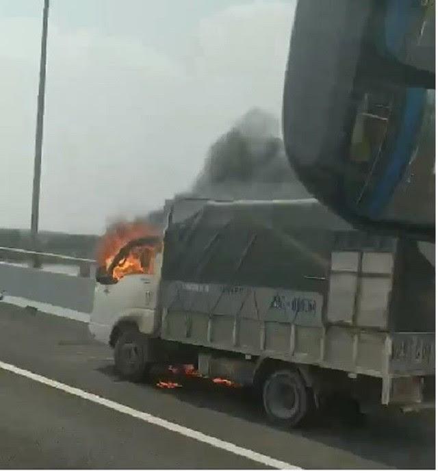 Clip: Xe tải bốc cháy ngùn ngụt trên cao tốc Hạ Long - Hải Phòng - Ảnh 1.