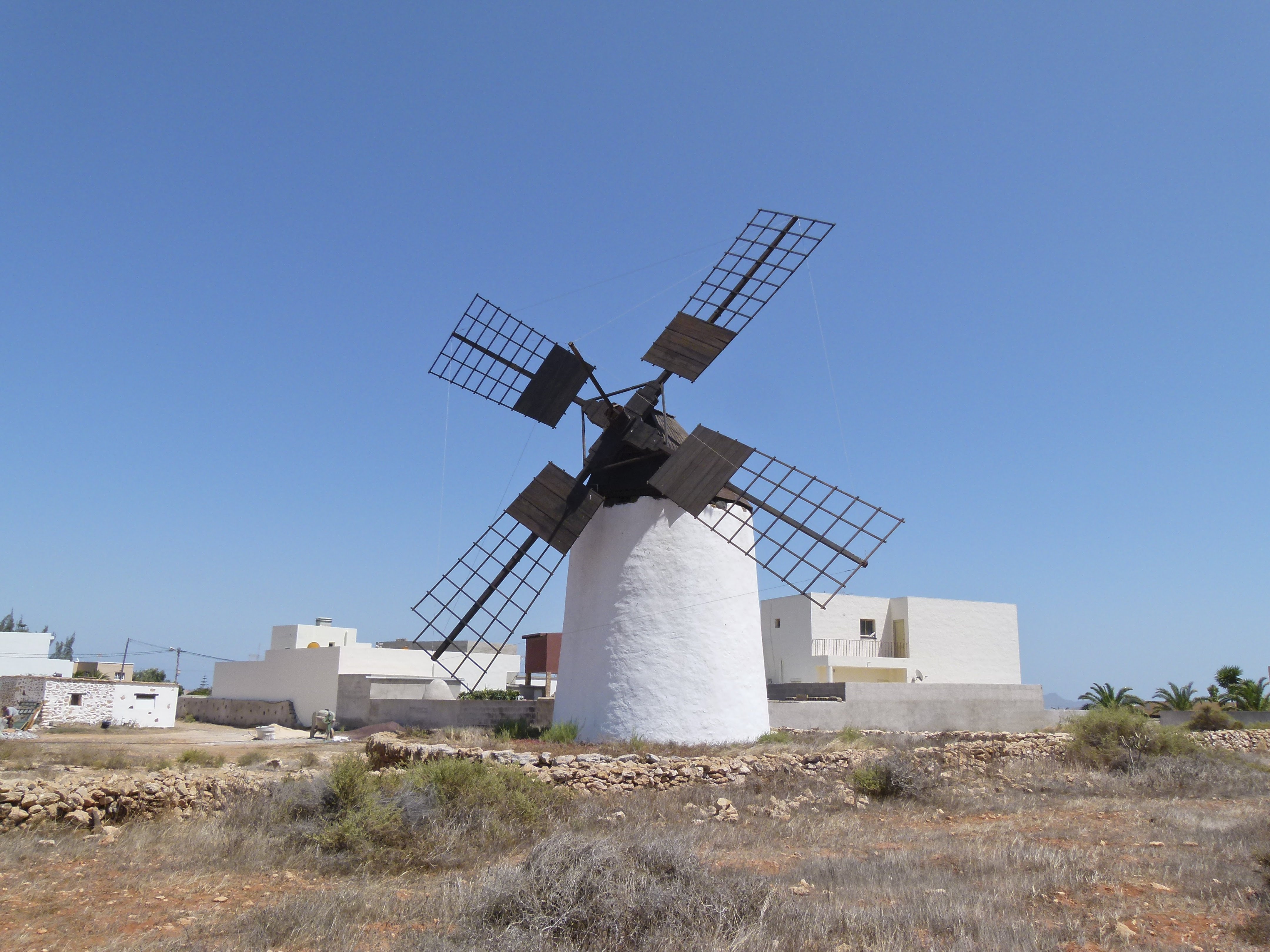 http://upload.wikimedia.org/wikipedia/commons/f/f1/Wind_mill_-_Windm%C3%BChle_-_moulin_%C3%A0_vent_-_Molino_-_Tuineje_-_Fuerteventura_-_Canary_islands_-_Spain_-_02.jpg