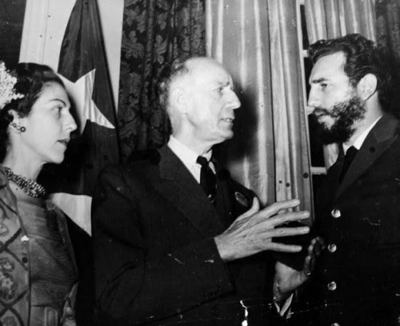 Fidel, Celia Sanchez y el periodista norteamericano Herbert Mathews, columnista del New York Times, amigo de la Revolucion cubana, en la recepcion en la Embajada de Cuba en Washington. Foto: Revolución.