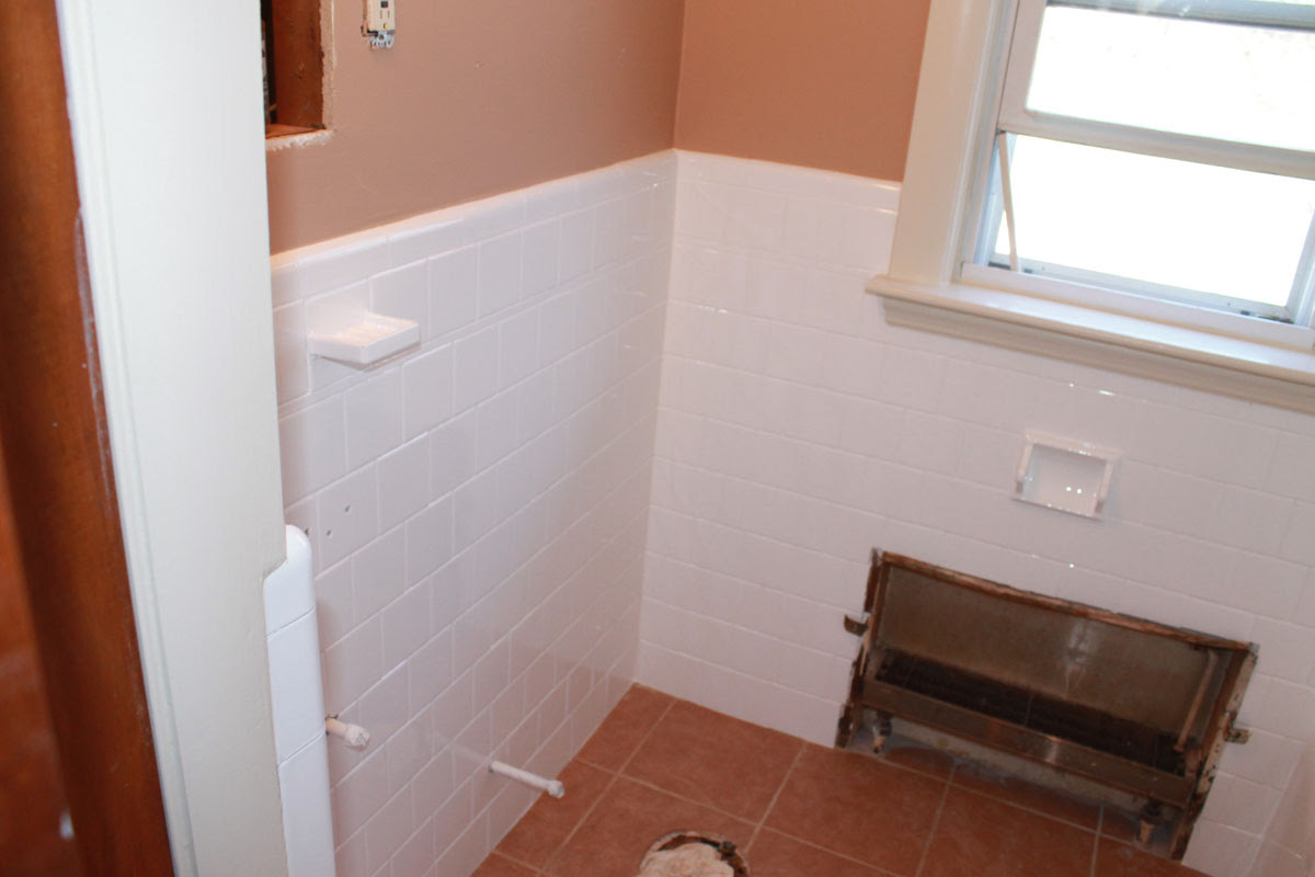 Bathroom wall after tile reglazing | Bay State Refinishing