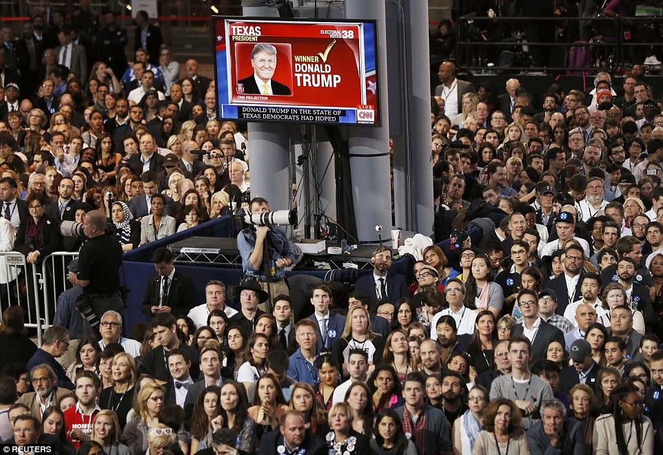 Apoiantes do candidato democrata à presidência dos Estados Unidos Hillary Clinton assistir retornos da eleição mostrando Donald Trump ganhar no Texas na reunião da noite da eleição em Nova York