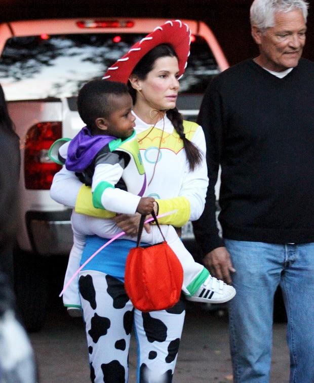 Sandra Bullock e o filho, Louis, se fantasiam de personagens de 'Toy Story' para a festa de Halloween da escola dele, em Los Angeles, nos EUA (Foto: X17/ Agência)