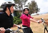 Madre y su hija montando bicicleta