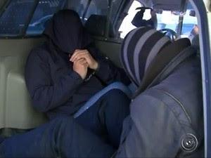 Falsos médicos chegaram algemados e esconderam os rostos (Foto: Reprodução TV TEM)