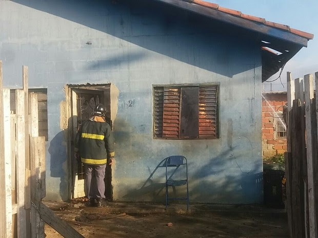 Casa é incendiada por criança no bairro Feital em Pinda (Foto: Divulgação/Bombeiros)