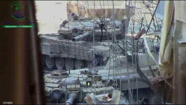 تتعرض دبابات الجيش السوري للقنص من قبل مقاتلي الجيش الحر