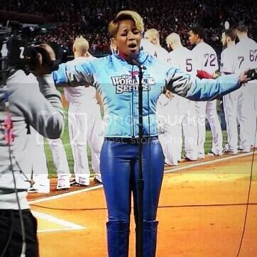 Mary J. Blige gives dramatic performance of US National Anthem...