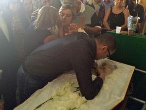 O viúvo, Renato Palhares, se debruça sobre o corpo de Gisele para se despedir (Foto: Henrique Coelho/G1)