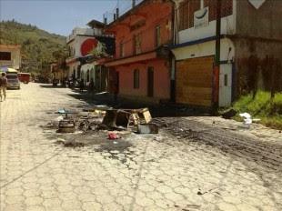 Fotografía cedida por el Ministerio de Gobernación  que muestra el lugar en donde pobladores incendiaron un vehículo en protesta por la detención del líder comunitario Mynor Manuel López, quien fue capturado el sábado por delitos comunes, en el departamento de Huehuetenango, ubicado en el norte del país. EFE