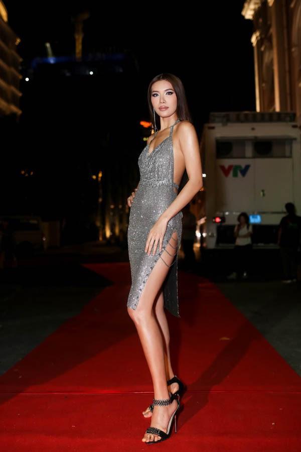 Minh Tú quá bạo, chẳng ngán mặc đầm xẻ hiểm hóc y chang Kendall Jenner lẫn Paris Hilton - Ảnh 1.