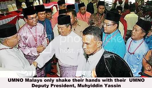 muhyiddin yassin shaking hands