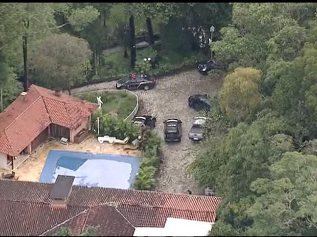 Polícia Federal faz operação em sítio frequentado por Lula em Atibaia (Foto: Reprodução/ TV Vanguarda)