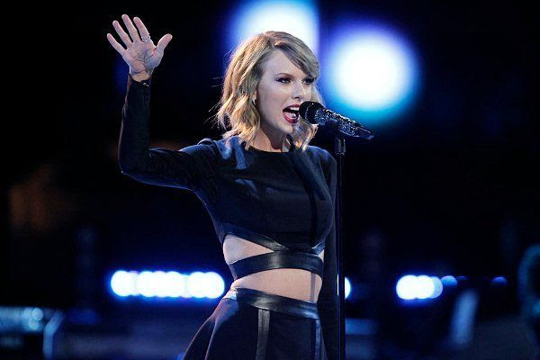 Taylor Swift : The Voice (11/25/14) photo taylor-swift-performs-blank-space-on-the-voice.jpg