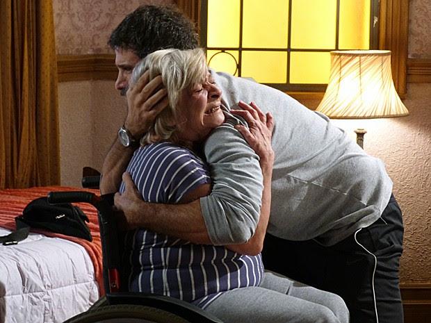 Gael dá abraço em Dona Dalva e os dois se emocionam (Foto: Gshow)