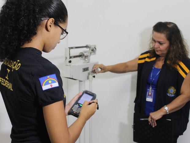 Vistoria de balança em academia de Petrolina, PE (Foto: Juliane Peixinho/ G1)