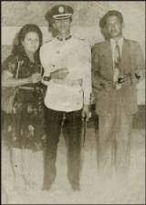 Chávez acompañado de sus padres tras graduarse de la Academia Militar.