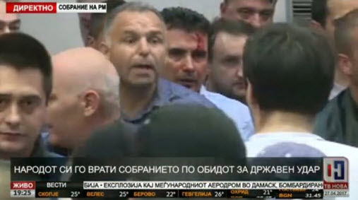 EKTAKTO: Διαλύονται τα Σκόπια – Εισβολή οπαδών του Γκρούεφσκι στη Βουλή – Ξυλοφόρτωσαν τον αρχηγό της αντιπολίτευσης - Εικόνα2