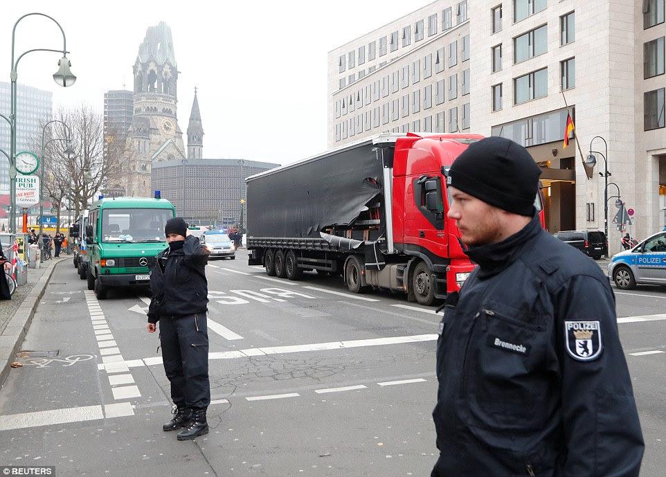 Dano: O caminhão foi seguido por seu recipiente, que abrigava aço que está sendo levado para a Alemanha por um piloto polonês