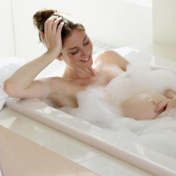 Mandi adalah moment dalam kegiatan sehari hari yang banyak di sukai oleh ibu hamil Seni saat Mandi ketika masa Kehamilan