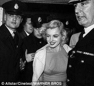 Marilyn na estréia do filme em Londres em junho de 1957