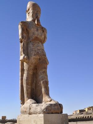 Estátua de Amenófis III em templo em Luxor, no Egito (Foto: AFP Photo/Radwan Abu-Elmagd)