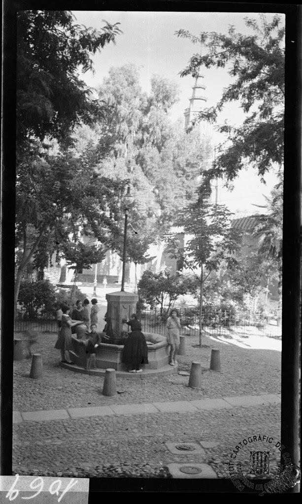 Fuente en la Plaza del Padre Juan de Mariana en 1933. Fotografía de Gonzalo de Reparaz Ruiz. © Institut Cartogràfic de Catalunya
