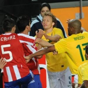 Lucas Leiva foi expulso na Copa América ao entrar em uma briga com jogadores do Paraguai