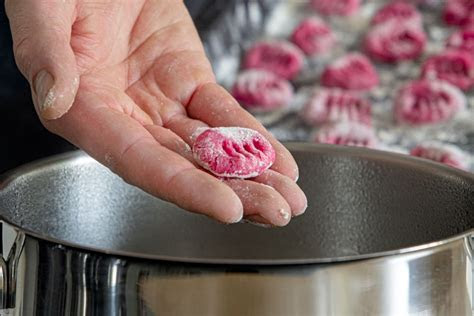 rezept fuer rote bete gnocchi mit gorgonzolasosse eatde