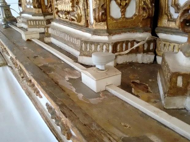 Cupins e problemas estruturais no altar da igreja do Bonfim (Foto: Maiana Belo/G1 BA)