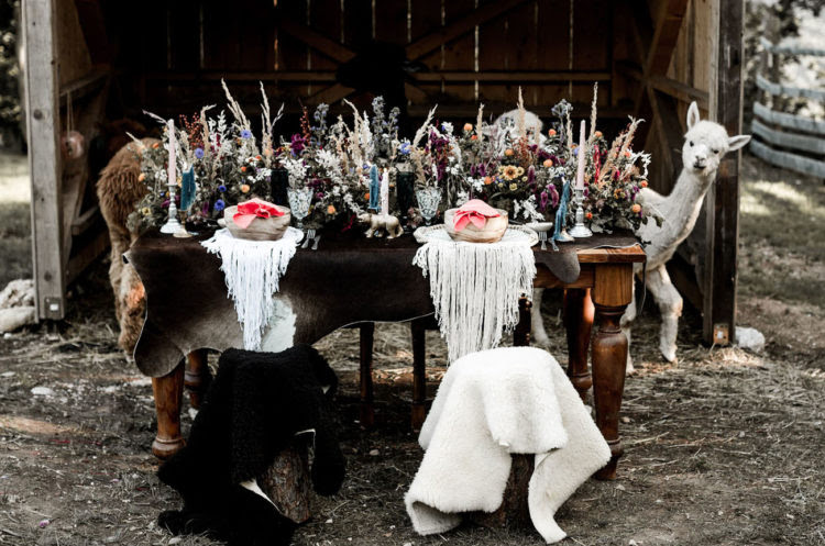 Die Hochzeit tablescape war fertig mit faux Tierhäuten, fringe, Kräuter, Weizen und Kerzen