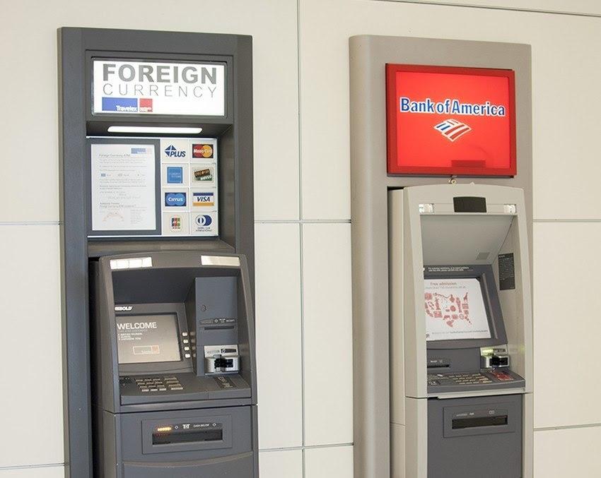 В целях экономии вместо пунктов обмена валюты в аэропорту пользуйтесь банкоматами