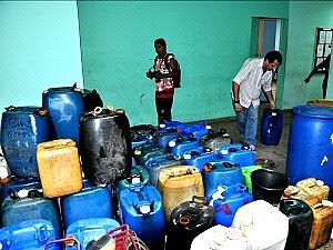 Ao todo, 2.820 litros de combustível ilegal foi apreendido (Foto: Eliakim Marques/ Divulgação)