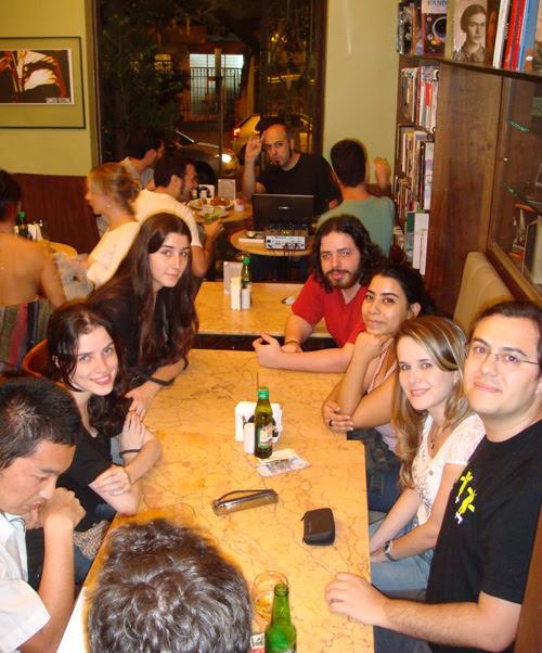 Foto ilustradores café com letras BH Ila Fox, Ricbit, Lu Cafaggi, Mariamma, Samanta, Ladys Comics, e Thiago, Ryot, Daniel Werneck, Sergio Saleiro