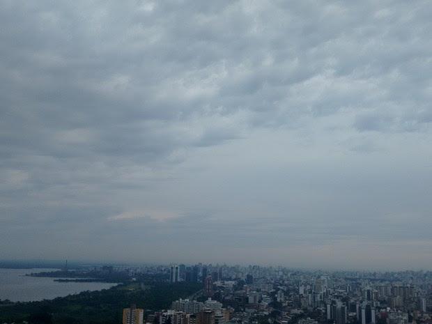 Dia em Porto Alegre começa com tempo nublado e abafamento (Foto: Rafaella Fraga/G1)
